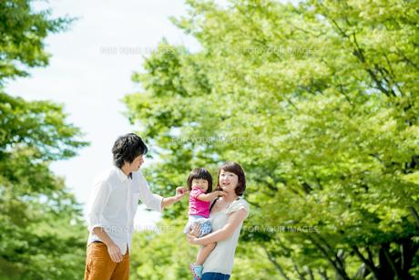 公園で娘を抱く両親の素材 [FYI01075739]