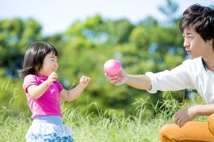 公園で父親と遊ぶ娘の素材 [FYI01075746]