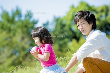 公園で父親と遊ぶ娘の素材 [FYI01075838]