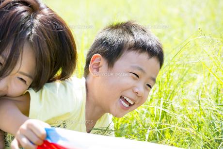 公園で母親と遊ぶ息子の素材 [FYI01075928]