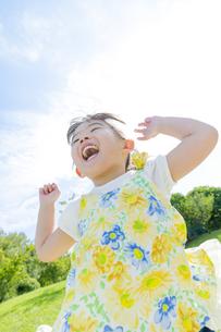 公園で遊ぶ女の子の素材 [FYI01076054]