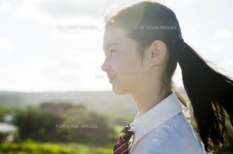 制服姿でツインテールの女の子の横顔の素材 [FYI01076999]
