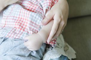 子供の手とお母さんの手の素材 [FYI01077080]
