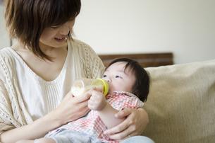 ミルクを飲む男の子とお母さんの素材 [FYI01077114]
