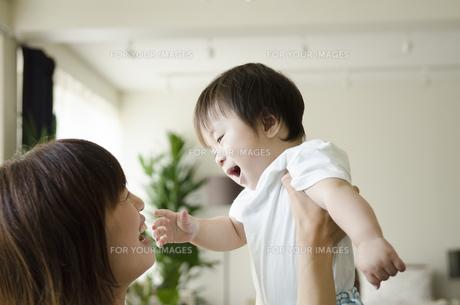 部屋の中で遊ぶお母さんと男の子の素材 [FYI01077161]