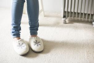 スリッパを履いた女性の足元の素材 [FYI01077256]