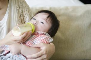ミルクを飲む男の子の素材 [FYI01077282]