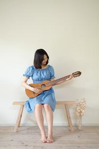 ギターを持っている女性の素材 [FYI01077346]