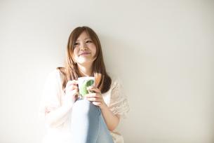 カップを持って微笑む女性の素材 [FYI01077410]