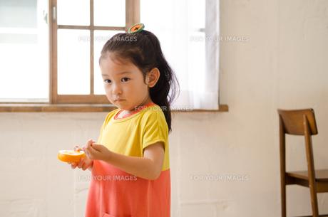 オレンジを持っている女の子の素材 [FYI01077558]