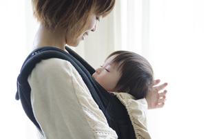 ベビーキャリアに入って眠る男の子とお母さんの素材 [FYI01077574]