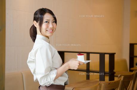 ケーキを持っているカフェの店員の素材 [FYI01077679]