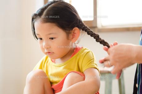 三つ編みをしてもらっている女の子の素材 [FYI01077732]