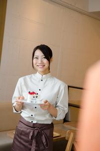 ケーキを持っているカフェの店員の素材 [FYI01077749]