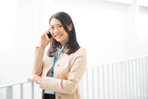 笑顔で電話をしている女性の素材 [FYI01078390]