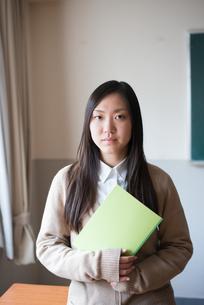 ノートを持っている女子高校生の素材 [FYI01078537]