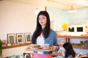 カフェで働いている女性の素材 [FYI01078569]