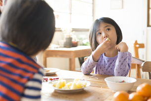 フルーツを食べている子供の素材 [FYI01078809]