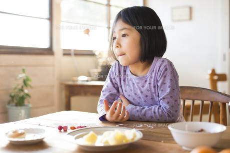 食卓にいる女の子の素材 [FYI01078814]