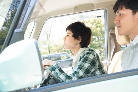 ドライブをする男女の素材 [FYI01078883]