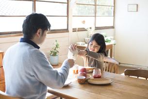 食卓にいる女の子とお父さんの素材 [FYI01078951]
