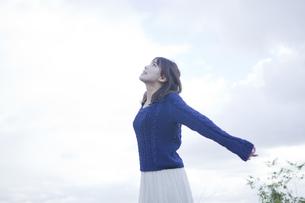 高台で伸びをする女性の素材 [FYI01096509]