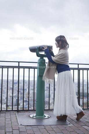 展望台から双眼鏡で神戸の景色を望む笑顔の女性の素材 [FYI01096676]