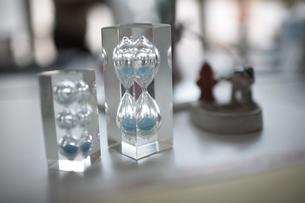 2つの青い砂の砂時計の素材 [FYI01114867]