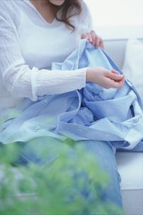 水色のシャツを繕う女性の素材 [FYI01121152]