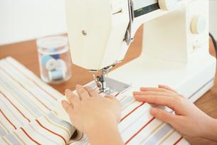 ミシンを掛ける女性の手元の素材 [FYI01121206]