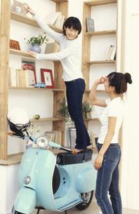 スクーターと棚と女性の素材 [FYI01121989]
