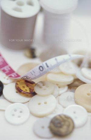 ボタンとミシン糸とメジャーの素材 [FYI01122421]