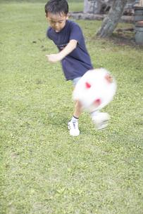 サッカーをする男の子の素材 [FYI01126172]