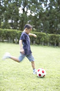 サッカーをする男の子の素材 [FYI01126250]