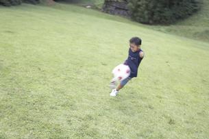 サッカーをする男の子の素材 [FYI01126334]