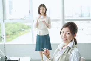 オフィスで働く日本人女性の素材 [FYI01137650]