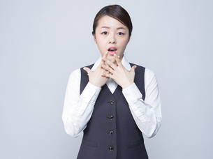 驚いた表情をする女性社員の写真素材 [FYI01166285]