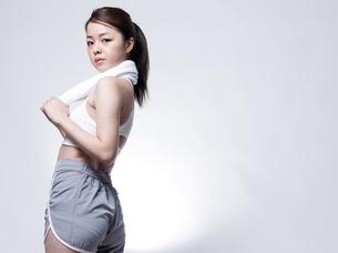 スポーツウエアを着た女性の写真素材 [FYI01166344]