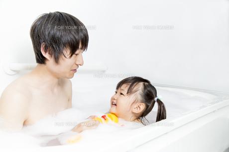お父さんと一緒にお風呂に入る幼い女の子 の写真素材 [FYI01188469]