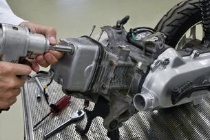 バイクエンジンの整備の写真素材 [FYI01196340]