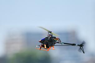 ラジコンヘリコプターのテスト飛行の写真素材 [FYI01203954]