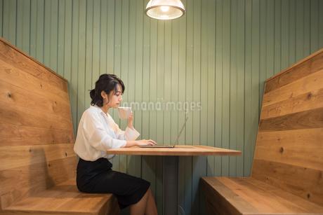 オフィスでPC作業中のOL女性の写真素材 [FYI01216321]
