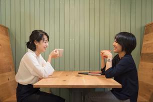 仕事の休憩中に談笑するOLの女性2名の写真素材 [FYI01216326]