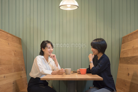 仕事の休憩中に談笑するOLの女性2名の写真素材 [FYI01216328]