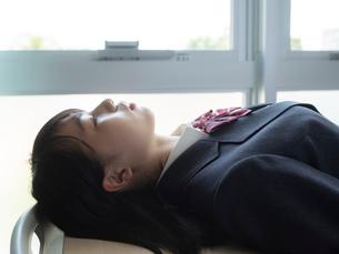 仰向けになる女子高校生の写真素材 [FYI01220679]