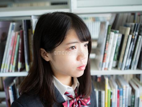 図書室の女子高校生の写真素材 [FYI01220680]