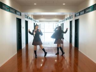 廊下で踊る2人の女子高校生の写真素材 [FYI01220694]