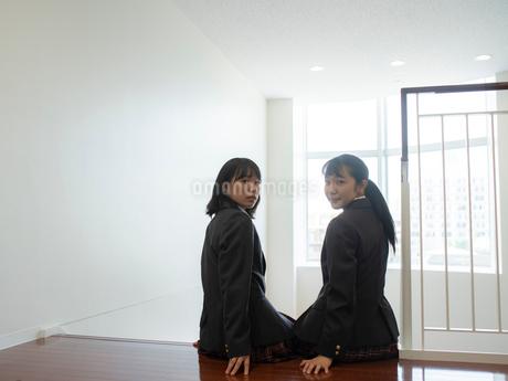 階段に座る2人の女子高校生の写真素材 [FYI01220698]