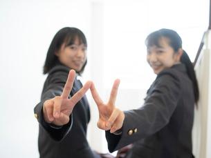 ピースサインをする2人の女子高校生の写真素材 [FYI01220699]