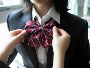 女子高校生のリボンの写真素材 [FYI01220703]